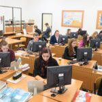 počítačová učebna se studenty