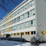 budova školy v zimě