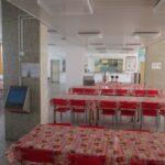 židle a stoly v jídelně